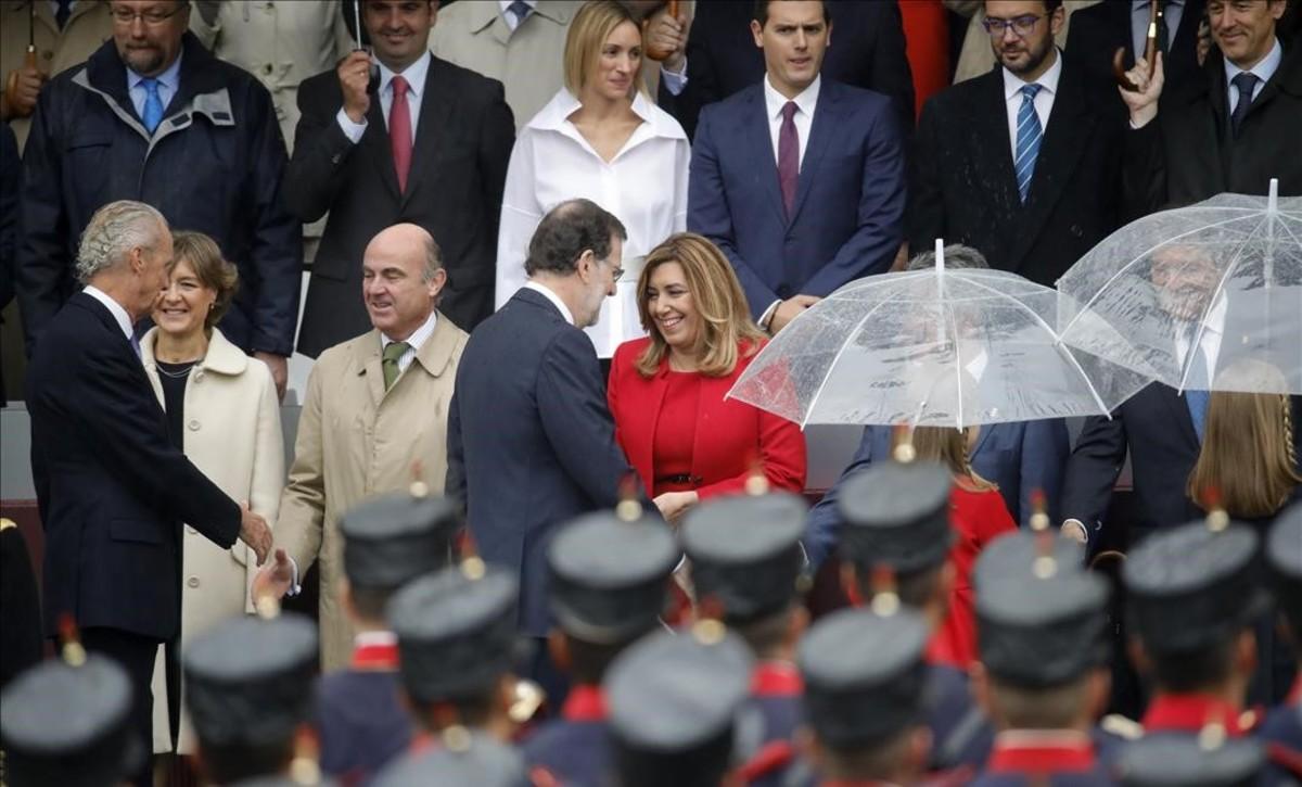 GRA047  MADRID  12 10 2016 - El presidente del Gobierno en funciones  Mariano Rajoy  saluda a la presidenta de Andalucia  Susana Diaz  a su llegada al acto central del Dia de la Fiesta Nacional  en el que se rinde homenaje a la Bandera y a los que dieron su vida por Espana  y que cuenta con desfiles aereo y terrestre  EFE Juanjo Martin